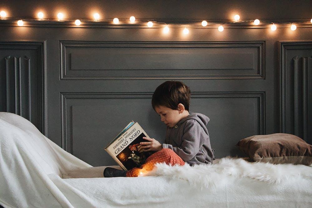 Niño disfrutando de la lectura