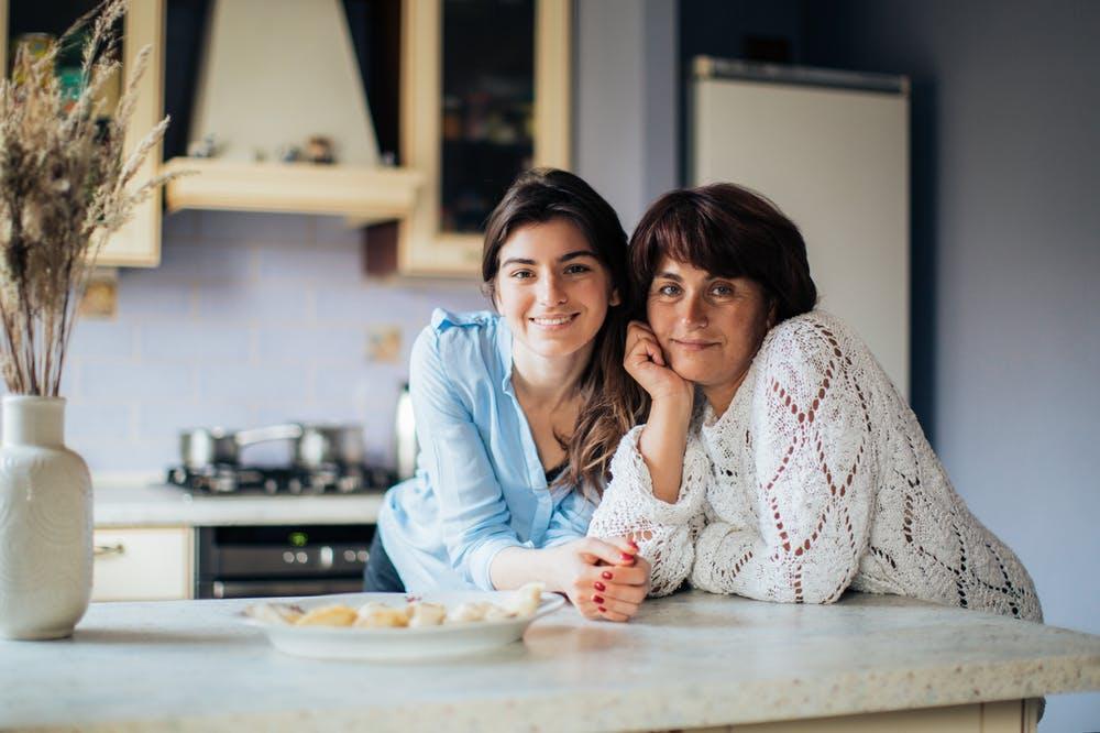 Los abuelos pueden ser un apoyo directo y de confianza físico y emocional, pero su función no es la de criar a sus nietos.